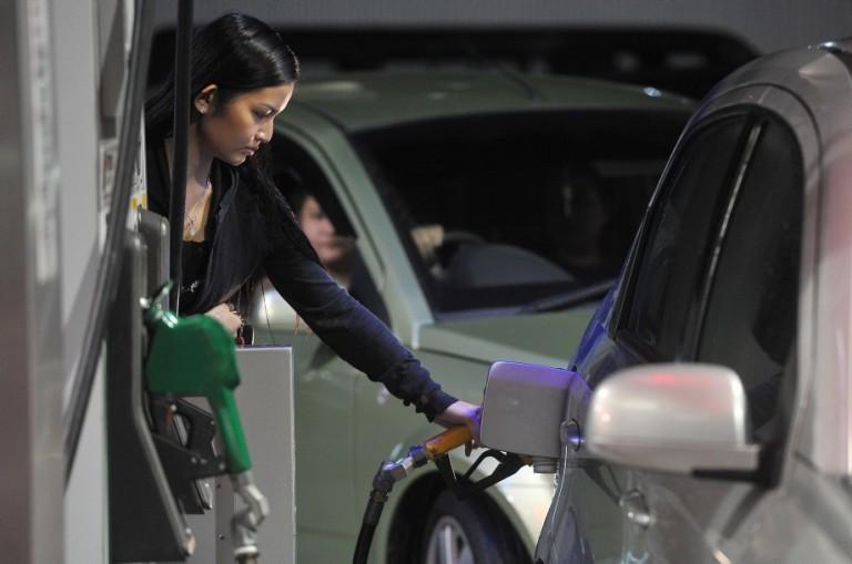 Kuala Lumpur,02/09/2013. A women is filling up the petrol at petrol station before12am midnight due to the fuel and diesel price increase, at a gas station in Ampang. Malay Mail/Firdaus Latif