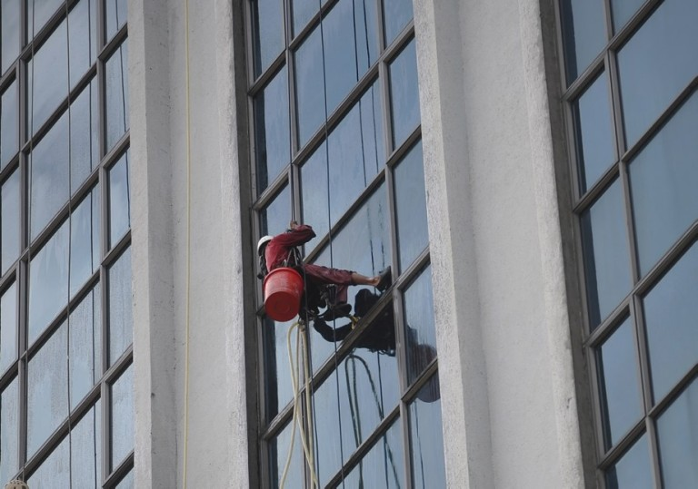 A Worker clean the windows of a building in Kuala Lumpur, Malaysia on October 29, 2013.  Photo: Firdaus Latif