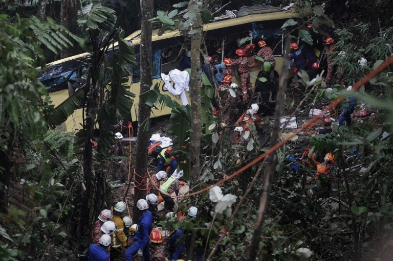 Kuala Lumpur,21/08/2013.Rescuers bringing out an injured passenger from the Genting bus crash. Express bus plunges down Genting ravine, death toll now at 37 in Genting Highland.Photo by Firdaus Latif