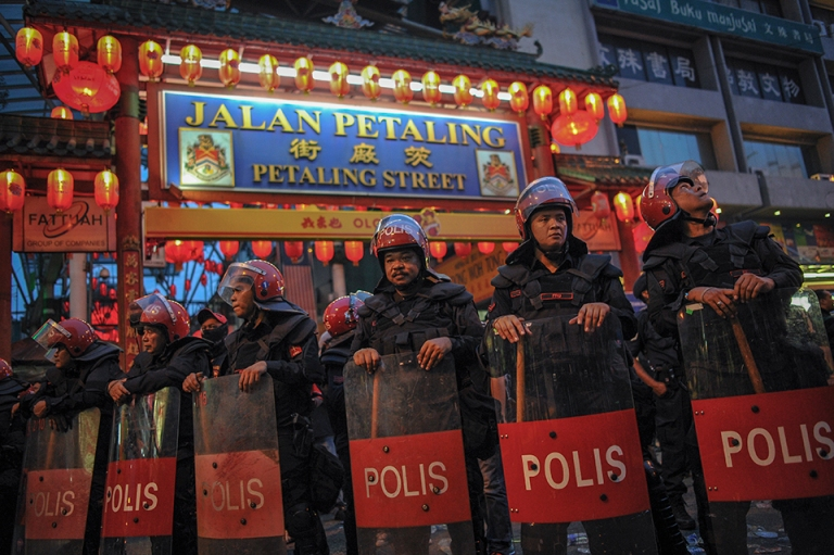 Malaysian Police Anti Riot Squad FRU stand guard during a pro-government Red Shirts rally in Kuala Lumpur on September 16, 2015. PHOTO BY FIRDAUS LATIF